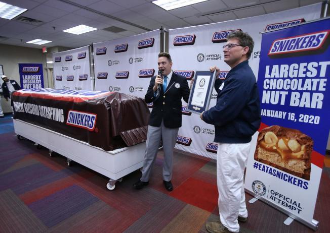 瑪氏箭牌公司最新傑作,重逾兩噸的士力架(Snickers)巧克力條。(臉書)