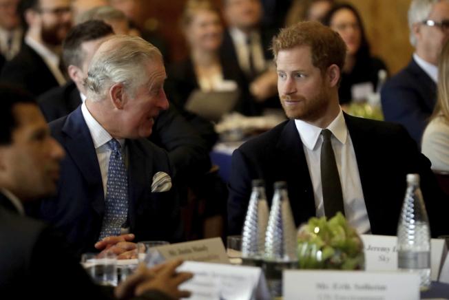 英國王儲查理王子怪罪媳婦梅根,攪得王室不寧。圖為查理王子(左)和兒子哈利談話的資料照片。(美聯社)