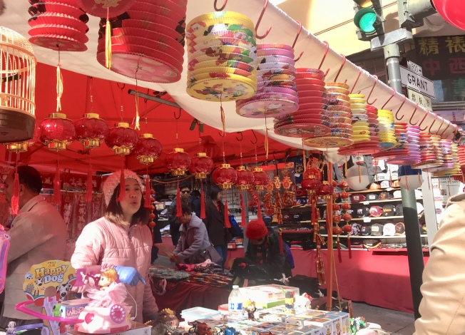 華埠農曆新年花市滿是賀年禮品。(記者李秀蘭/攝影)