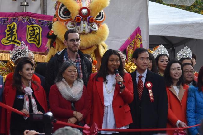 市長布里德(中)主席華埠農曆新年花市的開幕禮。(記者李秀蘭/攝影)