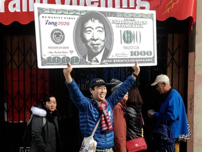 不少華裔總統候選人楊安澤的支持者在花市高舉選舉牌示,十分搶眼,引起大家的注意。(記者李秀蘭/攝影)