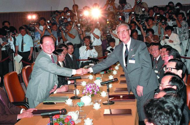 國民黨輸掉總統大選,黨內出現檢討「九二共識」的聲浪。圖為1993年4月27日,時任海基會董事長辜振甫(右)與海協會會長汪道涵(左)留下「辜汪會談」歷史性的一幕。(本報資料照片)