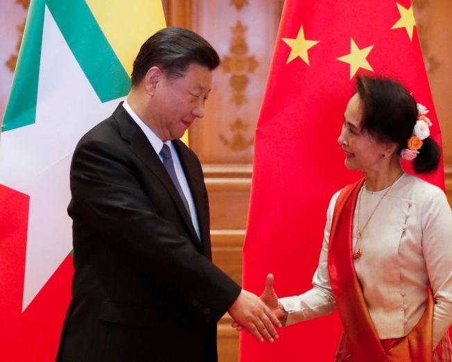 中國國家主席習近平(左)18日上午在緬甸首都奈比多與緬甸國務資政翁山蘇姬舉行正式會談。(Getty Images)