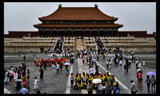 近來因兩名女子駕豪車在太和門廣場拍照,讓北京故宮躍升熱門話題。 新華社