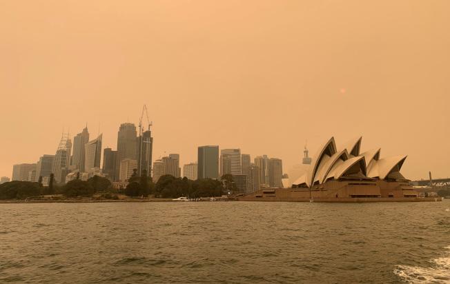 澳洲野火肆虐導致雪梨籠罩在濃厚的霧霾之下。路透