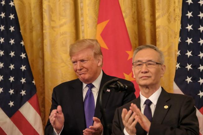 川普與中方談判代表劉鶴15日共同簽署第一階段貿易協議。(Getty Images)