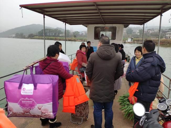 村民乘船回家。 (中新社)