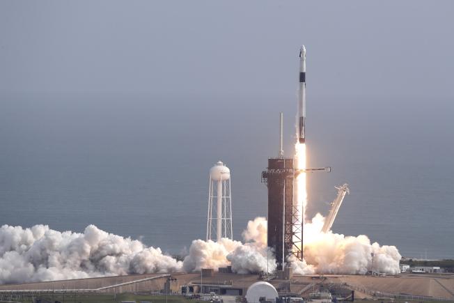 太空探索科技公司的「獵鷹九號」火箭19日從佛羅里達州甘迺迪太空中心發射升空,測試太空船「飛龍二號」的緊急逃生功能。(美聯社)