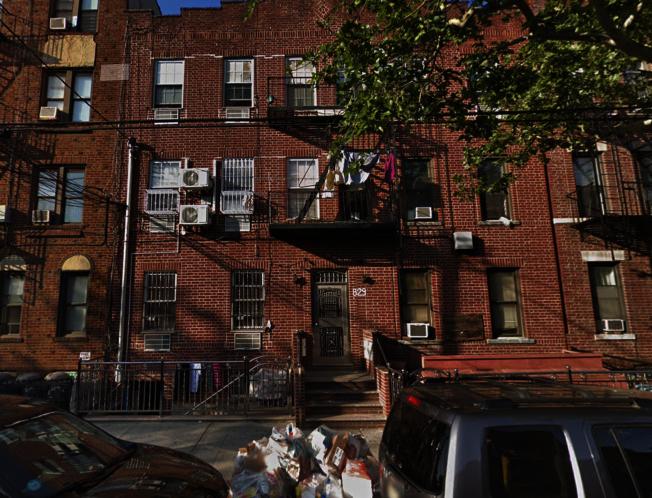 一名居住在52街交8大道的華男險些遭劫。(谷歌地圖截圖)