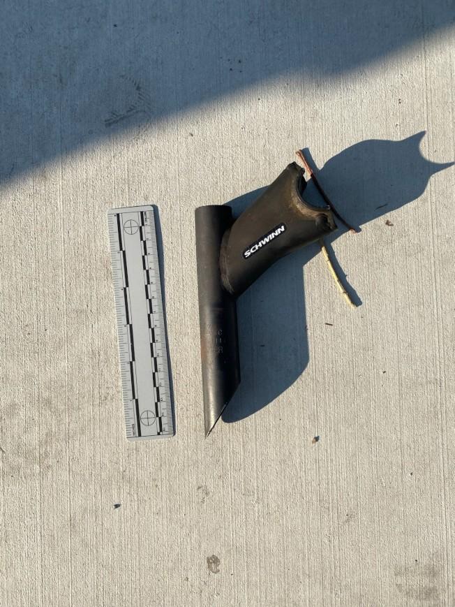 洛杉磯市警局巡佐誤將自行車零件,誤認為槍枝,因而開槍將一名男子射殺致死。圖為男子持有的自行車零件。(CBS電視台)