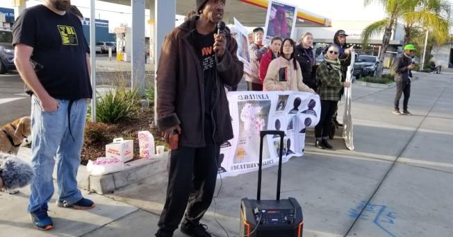 非洲裔社區維權人士在洛市警察槍殺無辜自行車騎士的現場,舉行集會抗議。(KTLA電視台)