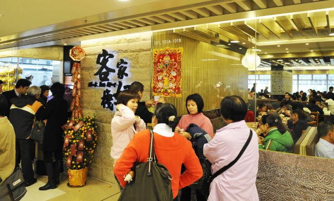 香港經濟增長放緩,加上示威活動未歇,今年酒樓團年飯消費力度未有以往般強勁。圖為2010年香港團年飯香港九龍一酒樓食客爆滿,門外排滿了等位的香港市民。(新華社資料照片)