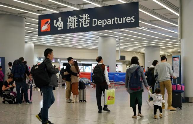 農曆新年應該是傳統旅遊旺季,旅議會稱,由今年1月1日至15日止,內地入境團登記為148團,較去年同期約4300團比較,跌幅逾95%。圖為2020年元旦高鐵香港西九龍站的離港和抵港客流量與往年相比均明顯減少。(中新社)