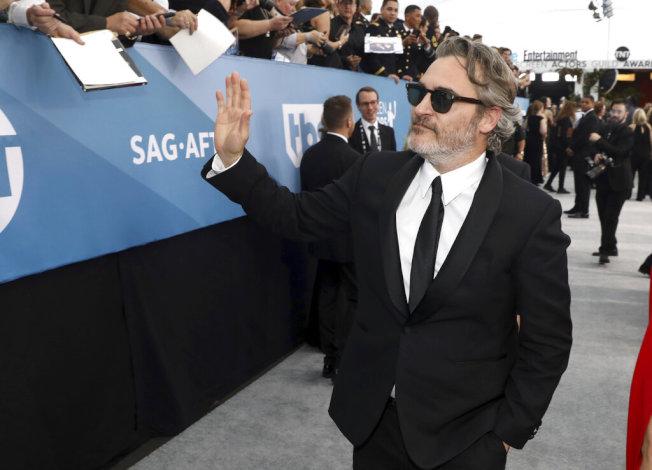瓦昆菲尼克斯以「小丑」(Joker)獲得電影類最佳男主角獎,有個性的他都沒去後台接受採訪或拍照。(美聯社圖片)