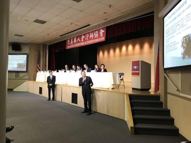台灣註冊會計師呂旭明(右一)主講亞太金融環境變化及跨境財富傳承。(記者啟鉻/攝影)
