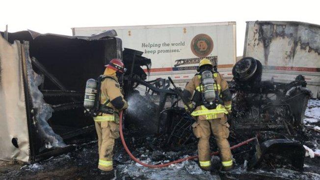 15號高速公路19日清晨發生兩輛聯結車車禍事故,造成一名聯結車駕駛與另一名救援的路人死亡。(聖伯納汀諾縣消防局提供)