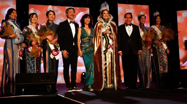 華埠小姐2020年選舉,陳皓盈(中)封后,莊佩源(右三)和陳嘉汶(左四)等祝賀。(主辦方提供)