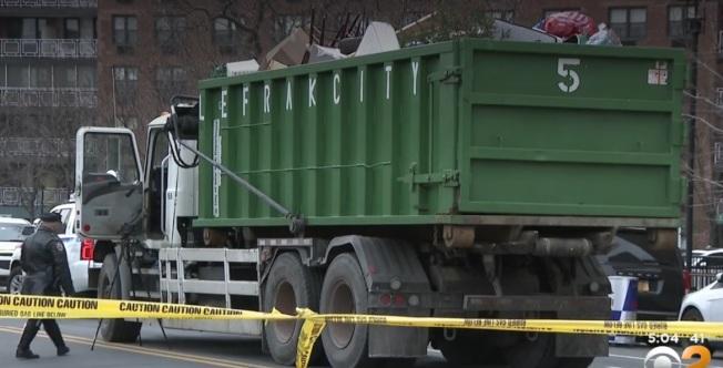 皇后區一名十歲的男童日前被一輛市清潔局的卡車撞死。(CBS視頻截圖)