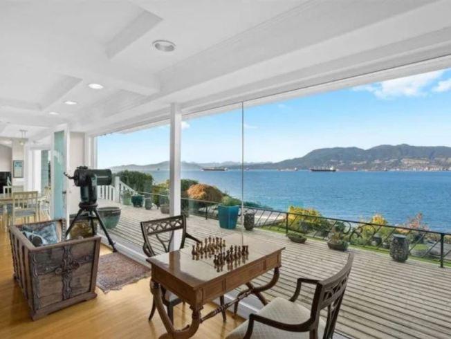 整面觀景窗可將絕佳海岸和城市景觀盡收眼底。(取材自太陽報)