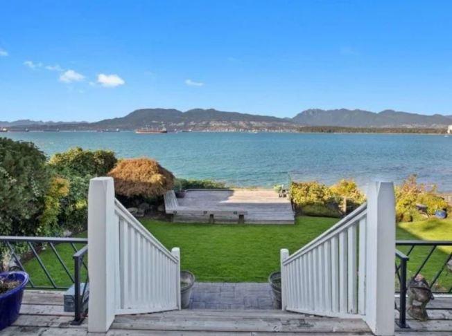 這棟豪宅後院有20英尺長臨海灘的圍牆。(取材自太陽報)