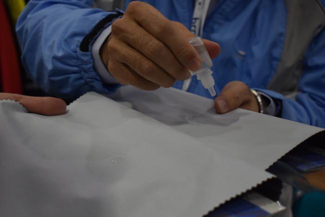 宏遠今年推出一款「不膨潤防水透濕膜」,只要貼在普通的布上,布料就會成為防水透濕布。(記者顏嘉瑩/攝影)