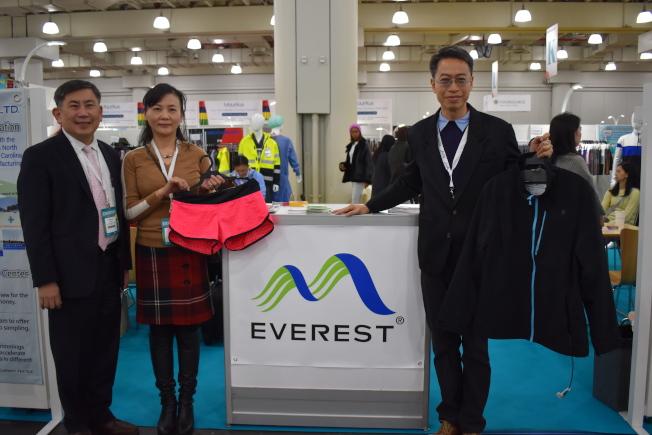 台灣駐美投資貿易服務處主任孫良輔(左一)19日前往Texworld紡織展參觀。(記者顏嘉瑩/攝影)