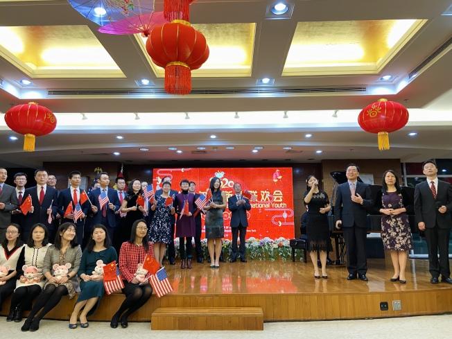 黃屏(右三)參與大合唱「我和我的祖國」。(記者鄭怡嫣/攝影)
