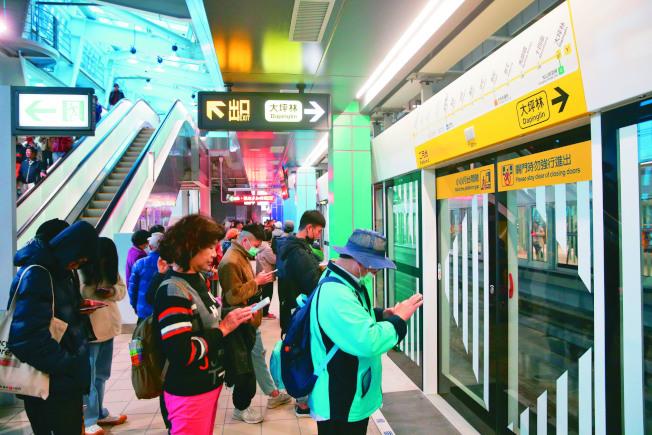 新北環狀線19日開放試乘,一早便有許多民眾排隊等著試乘。(記者葉信菉/攝影)