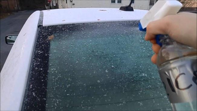 氣象學家維特斯混合酒精與水來清除車窗的冰雪,數秒鐘即可見效。(取自YouTube)