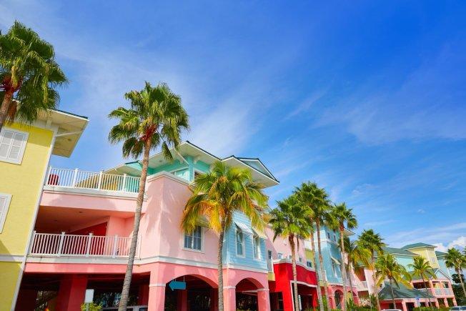 佛羅里達州的熱門城市,生活費並不低,不過還是有些開銷低廉的城鎮,例如麥爾茲堡。圖為該市色彩繽紛的民宅。(取自推特)