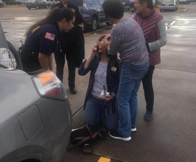 華婦頭部撞到歹徒車門受傷,員警與民眾紛紛關心、幫忙止血。(取自微信)