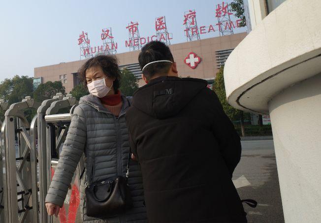 據中國官方表示,目前所有新型冠狀病毒肺炎感染者,都在武漢市定點醫療機構,接受隔離治療。圖一名戴有口罩的民眾離開武漢一家醫院。(Getty Images)