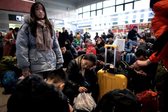 繼武漢後,中國各地陸續傳出被稱為是新型冠狀病毒感染肺炎病例,其中包括北京大興及廣州,春運期間,可能的傳染情況更令人擔憂。圖為18日人潮擁擠的北京車站。(Getty Image)