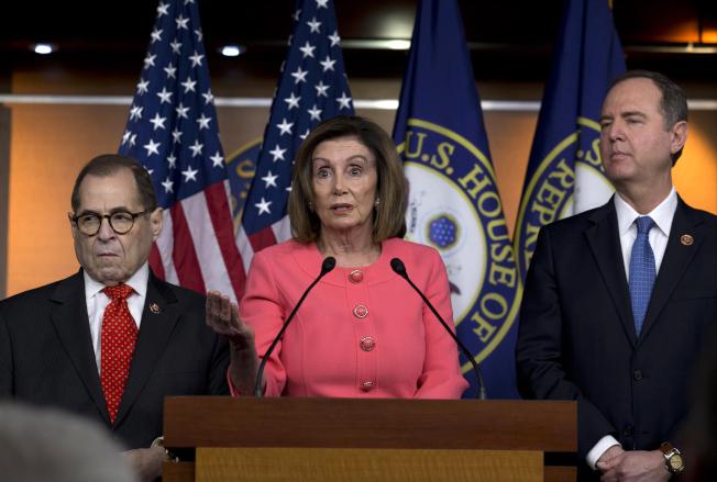 川普總統的政敵、眾議員謝安達(右)與納德勒(左)擔任眾院彈劾川普總統的經理。謝安達19日指控CIA等情報機構不配合提供文件。(美聯社)