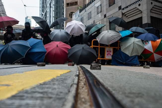香港示威者19日在中環舉行「天下制裁」集會,主辦單位聲稱,至少有15萬人參加;警方以出現暴力情況,中途命令停止集會,並拘捕集會主持者。(Getty Images)