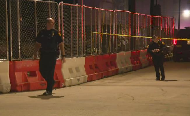 德州聖安東尼奧一家俱樂部19日晚發生槍案後,警方在現場進行調查。(美聯社)