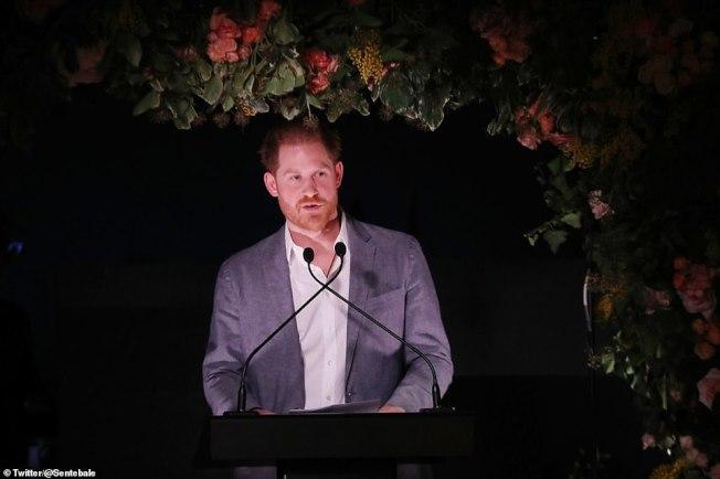 哈利王子19日首次發表公開談話,稱淡出英國王室是別無選擇。(取自推特)