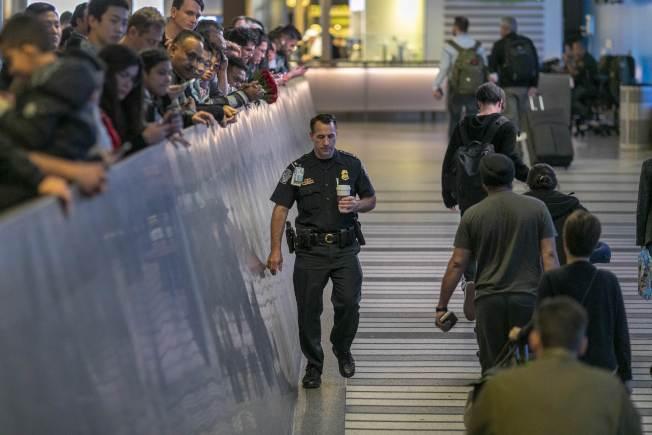 聖地牙哥出現首例確診新冠肺炎病例患者,是搭乘中國武漢撤僑專機抵達陸戰隊航空站。圖為洛杉磯國際機場對來自中國武漢的國際旅客進行篩檢。(Getty Images)