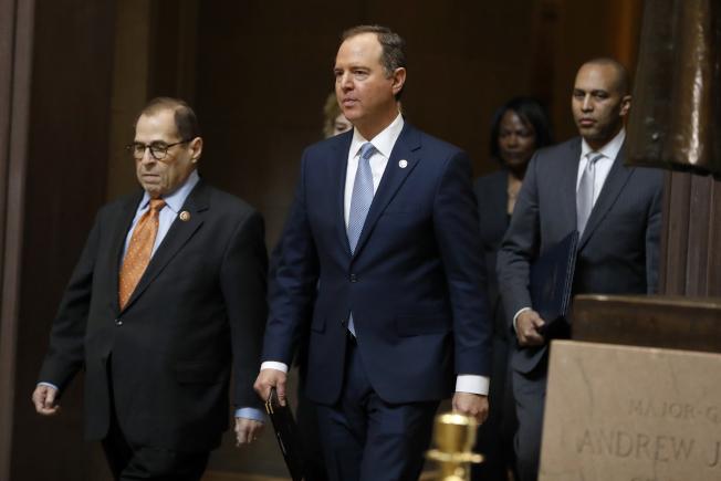擔任眾院彈劾川普總統的經理、眾議員謝安達(右)、另一位經理納德勒(左)眾議員。謝安達19日指控CIA等情報機構不配合提供文件。(美聯 社)