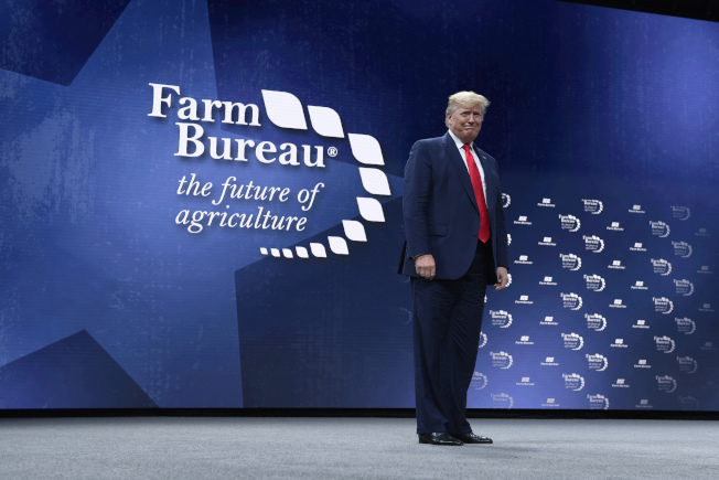 在參院即將展開審理彈劾川普總統前夕,川普總統19日晚神采飛揚在德州的農業產銷大會講演,宣揚他在美中第一階段經貿協議及美墨加貿易協定上,取得的農業施政的兩大勝利。(美聯社)