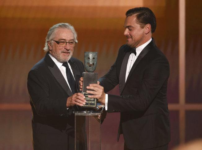 李奧納多狄卡皮歐(右)為勞勃狄尼洛頒發演員工會獎終身成就獎。(美聯社)