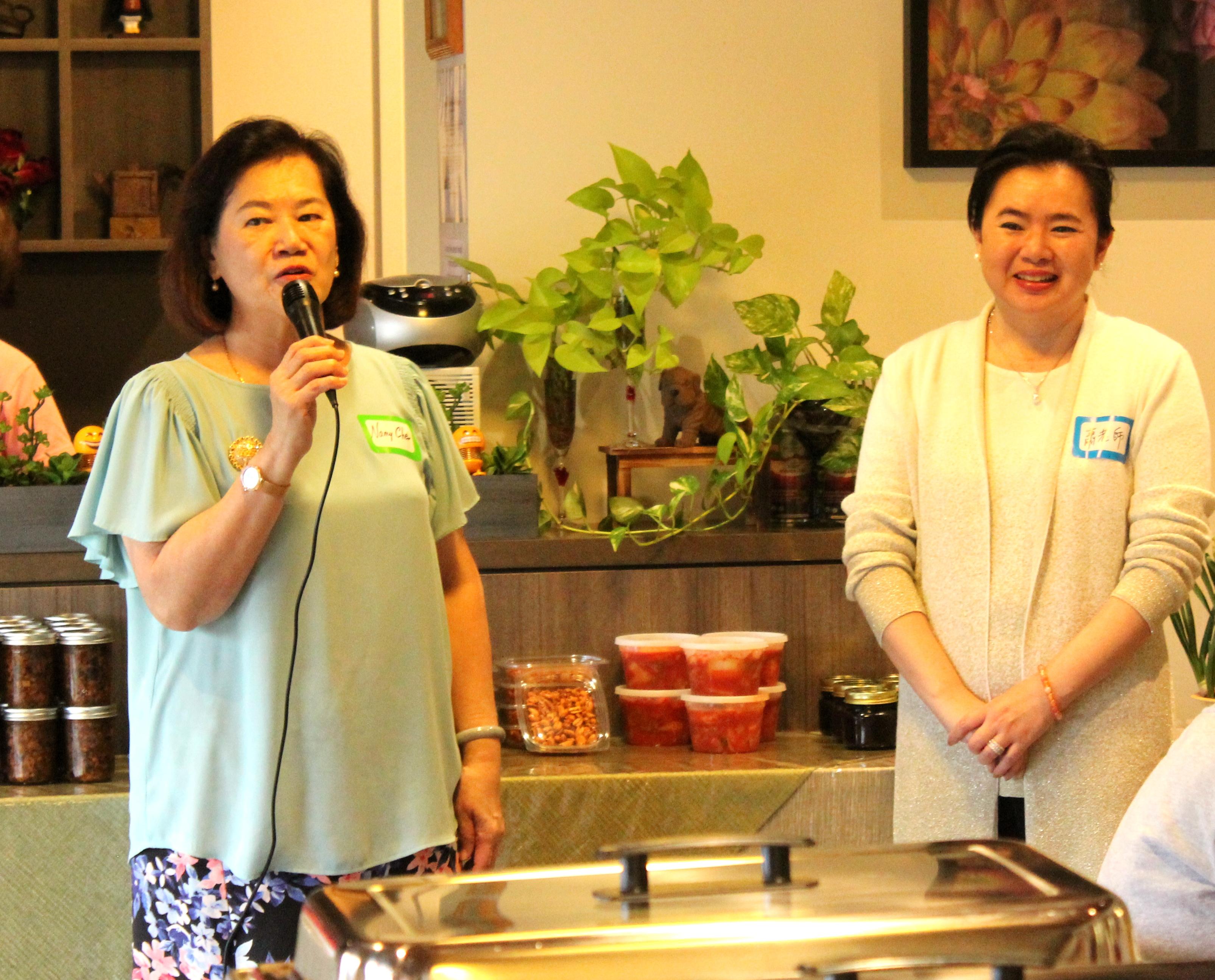 洪良冰致詞介紹當日贊助餐會的蕭瑛瑱(右)於當日加入新會員。(記者盧淑君/攝影)
