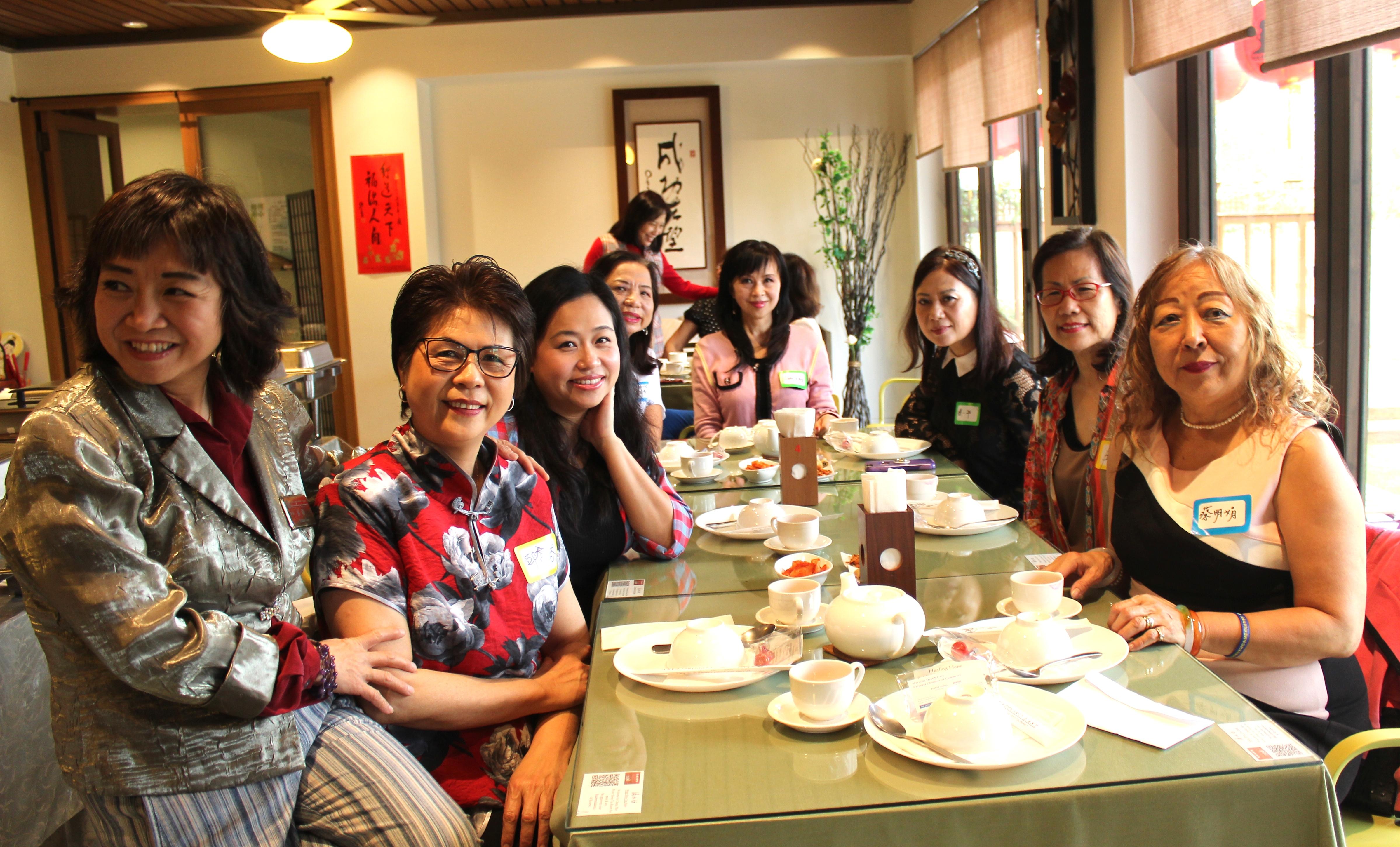 世華美南分會資深理事和會員們,餐會中合影。(記者盧淑君/攝影)