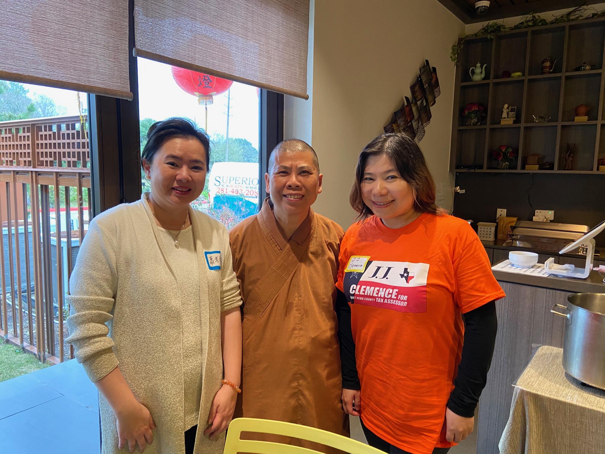 張晶晶(右),覺如法師(中)和蕭瑛瑱,餐會中合影。(記者盧淑君/攝影)