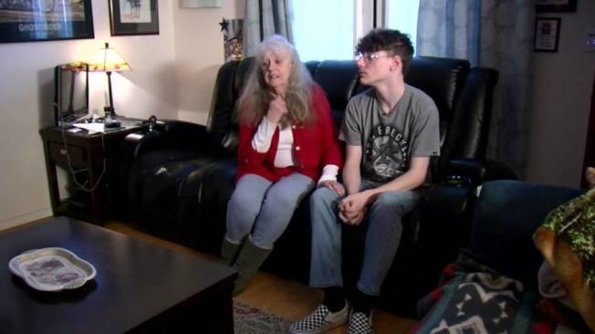 加州少年克拉博(右)因雙親去世前往亞利桑納州投靠外祖父母,卻遭屋主協會逼遷。(電視新聞截圖)