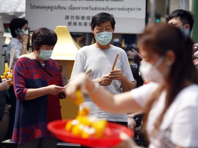 泰國已確認兩例來自武漢的遊客感染武漢肺炎,一些在曼谷旅遊的大陸遊客廿日戴上口罩。歐新社