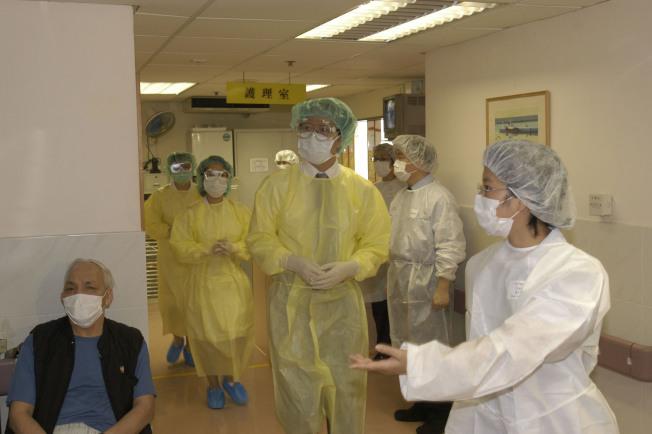 香港當局4日公布啟動預防傳染病的嚴重應變級別,以應付正在中國武漢爆發的不明肺炎;圖為2003年SARS在港爆發時,醫療當局測試預防措施。(港府提供)中央社