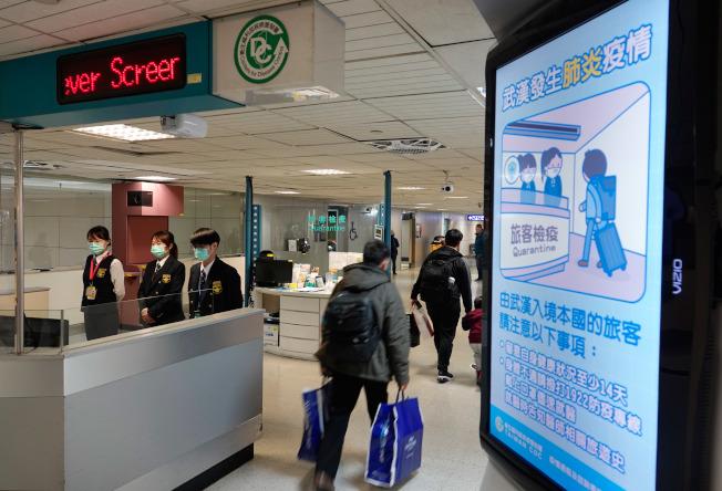 中國武漢肺炎疫情新增四例,再加上近日出現泰國及日本等境外個案,疾管署在兩岸航班最多的桃園機場加強發燒篩檢。記者鄭超文/攝影