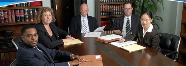 史摩仁(David Smoren)(中間)律師事務所聘有專業華人團隊幫助僑胞。