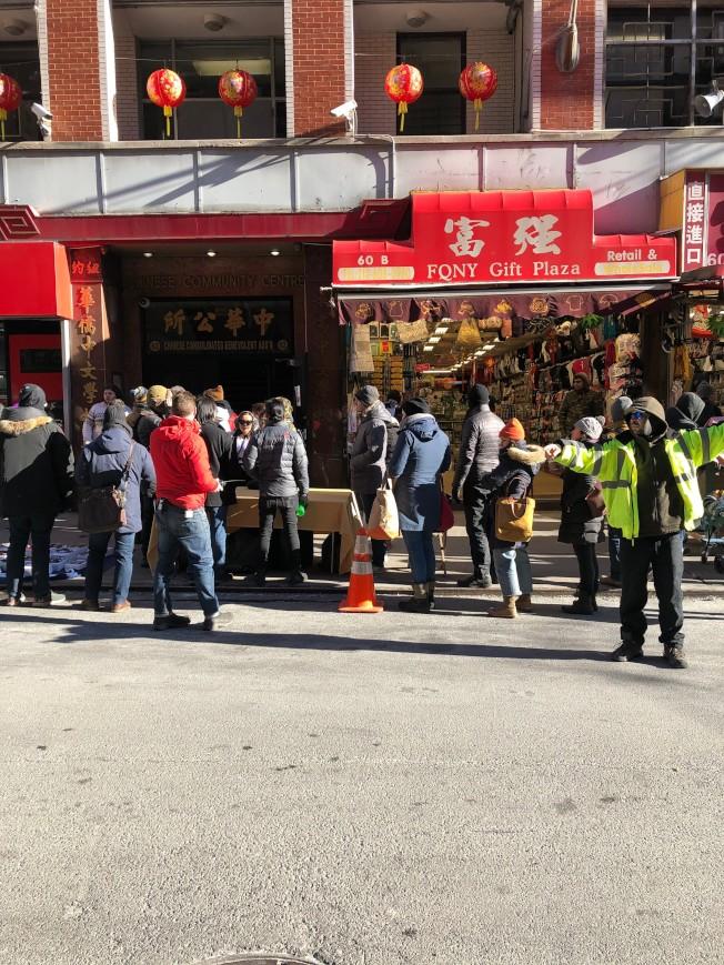 劇組在勿街上拍攝,交通警察指揮來往車輛應快速通行。(記者顏嘉瑩/攝影)